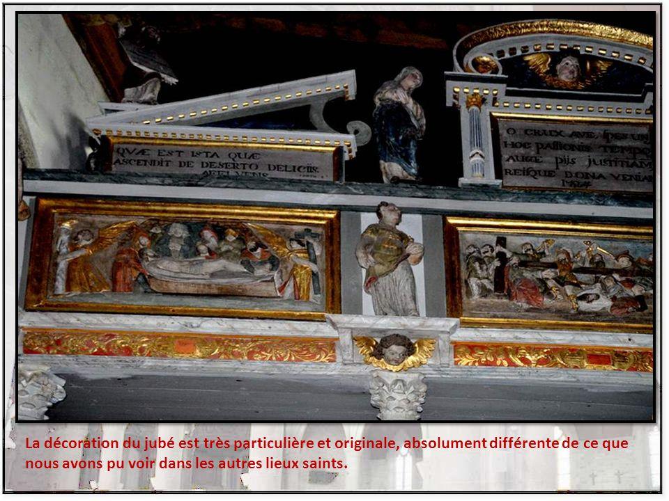 Jubé en bois auquel est adapté un crucifix avec Notre-Dame et saint Jean des deux côtés. Quatre panneaux en bas-reliefs retracent les scènes suivantes