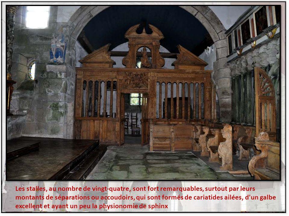 La nef est séparée du chœur par un chancel en pierre composé de colonnes cannelées et d'une porte centrale.