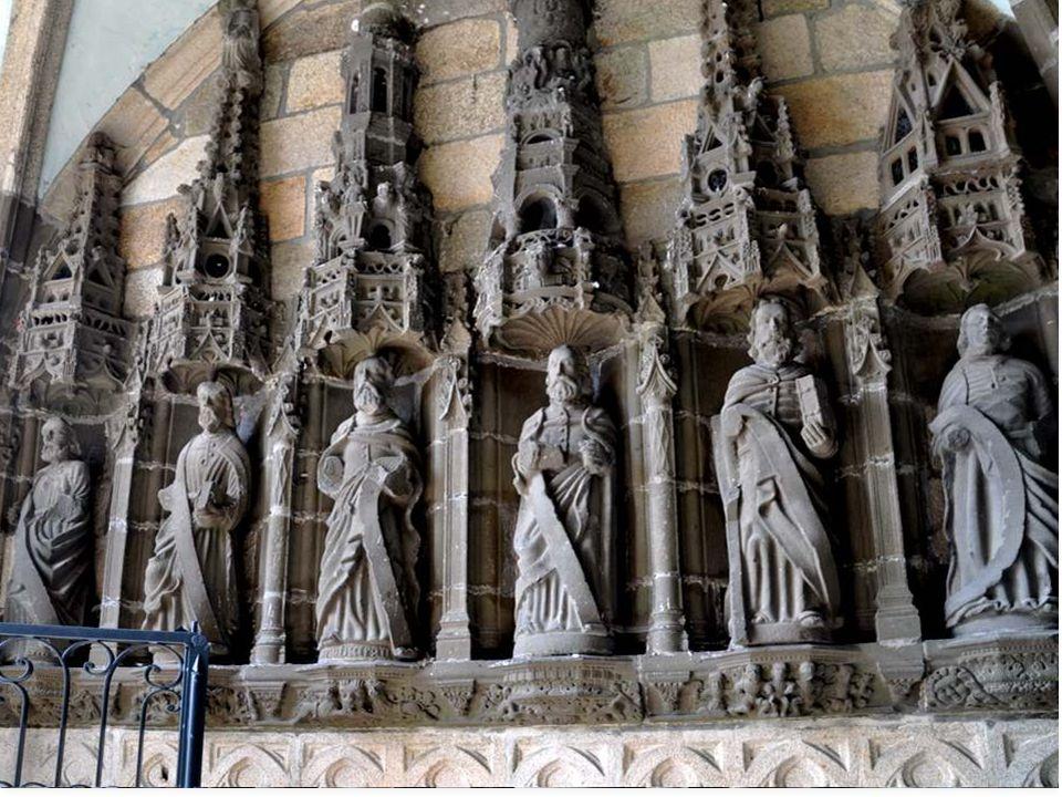 Clocher Le clocher de Landivisiau est, par son style et par sa hauteur, un des plus beaux du pays de Léon. Comme ceux de Lambader et de Lam- paul, il