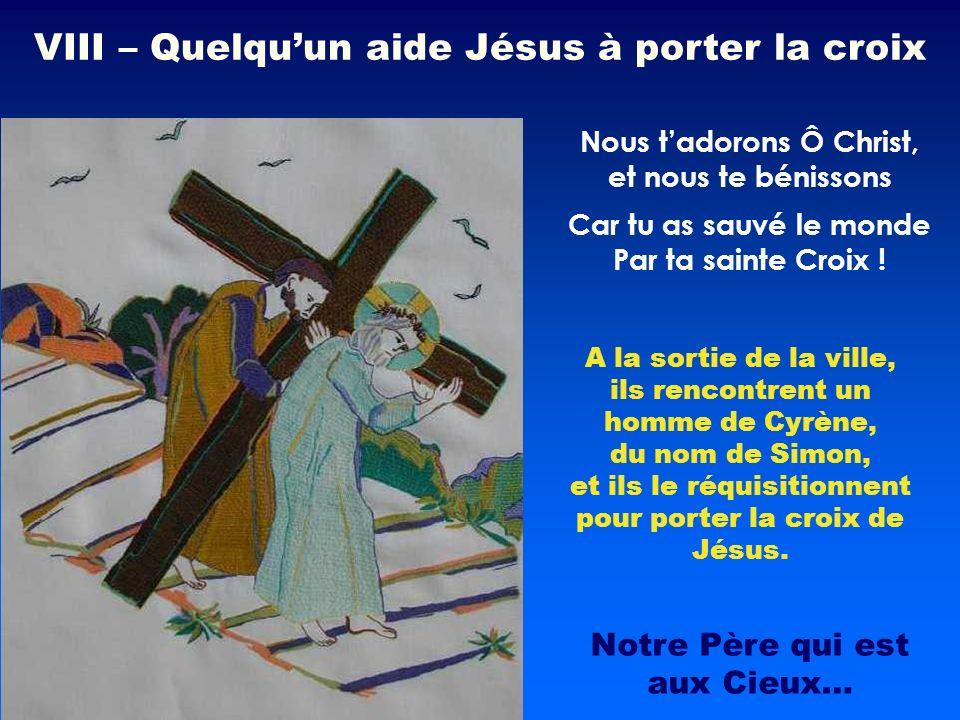 A la sortie de la ville, ils rencontrent un homme de Cyrène, du nom de Simon, et ils le réquisitionnent pour porter la croix de Jésus. Nous tadorons Ô