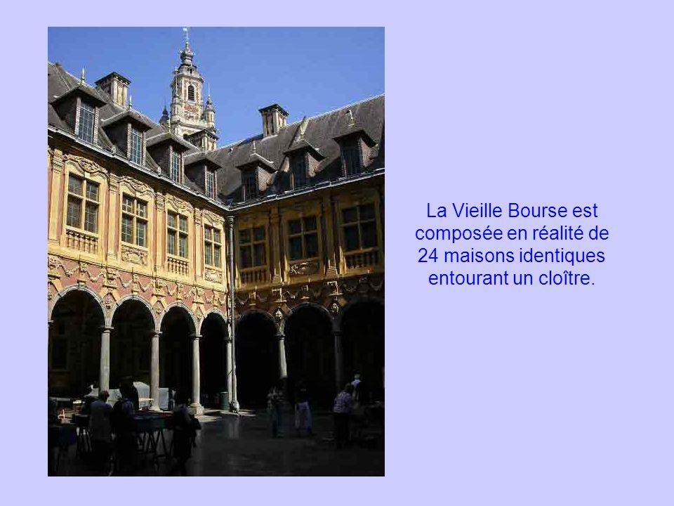 La Vieille Bourse est composée en réalité de 24 maisons identiques entourant un cloître.
