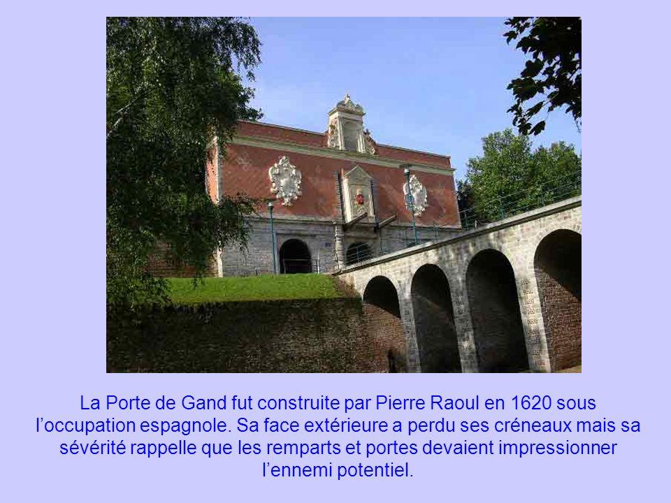 La Porte de Gand fut construite par Pierre Raoul en 1620 sous loccupation espagnole. Sa face extérieure a perdu ses créneaux mais sa sévérité rappelle