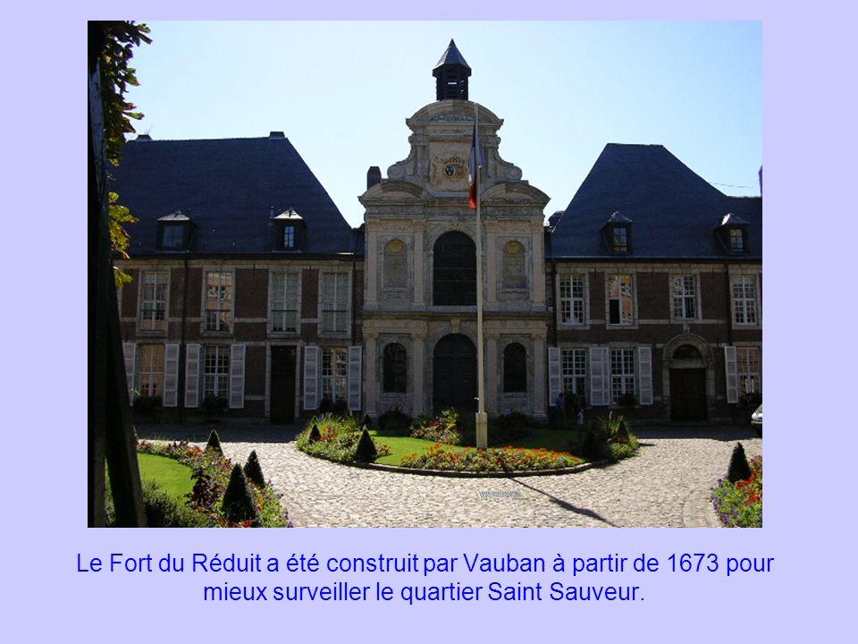 Le Fort du Réduit a été construit par Vauban à partir de 1673 pour mieux surveiller le quartier Saint Sauveur.