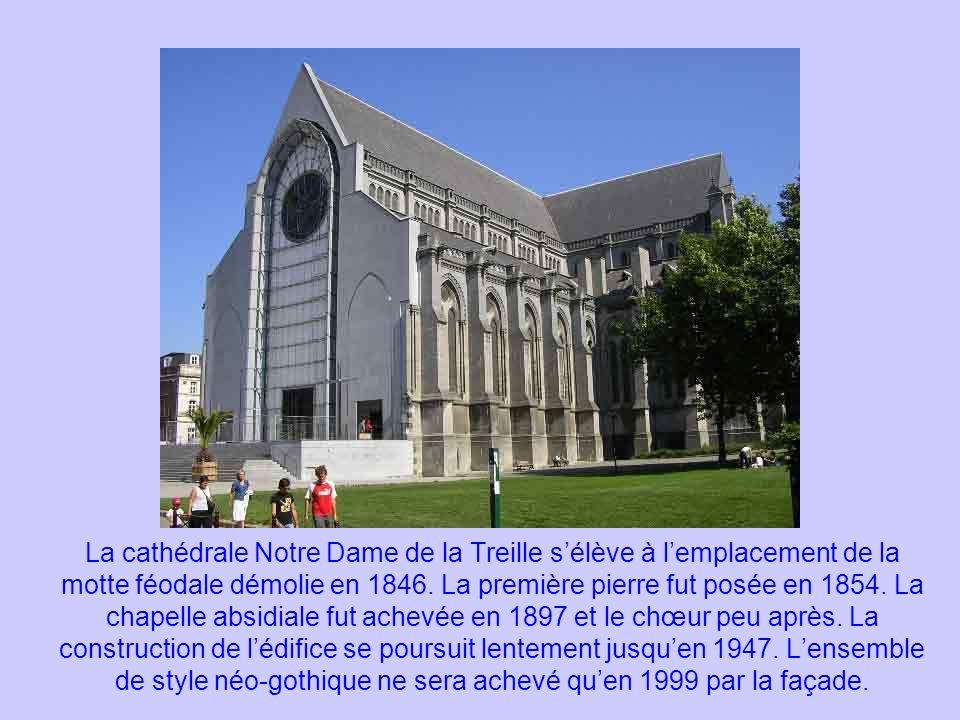 La cathédrale Notre Dame de la Treille sélève à lemplacement de la motte féodale démolie en 1846. La première pierre fut posée en 1854. La chapelle ab