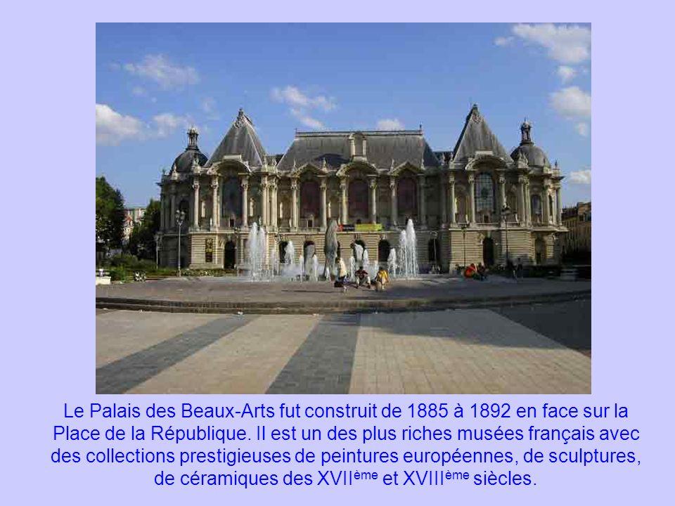 Le Palais des Beaux-Arts fut construit de 1885 à 1892 en face sur la Place de la République. Il est un des plus riches musées français avec des collec