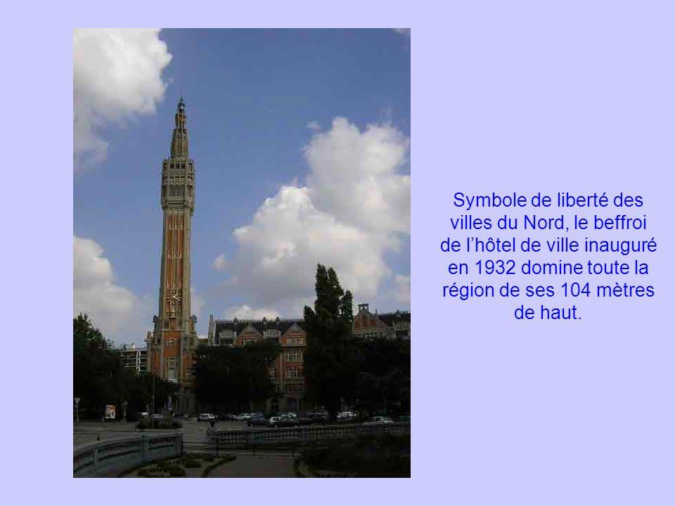 Symbole de liberté des villes du Nord, le beffroi de lhôtel de ville inauguré en 1932 domine toute la région de ses 104 mètres de haut.