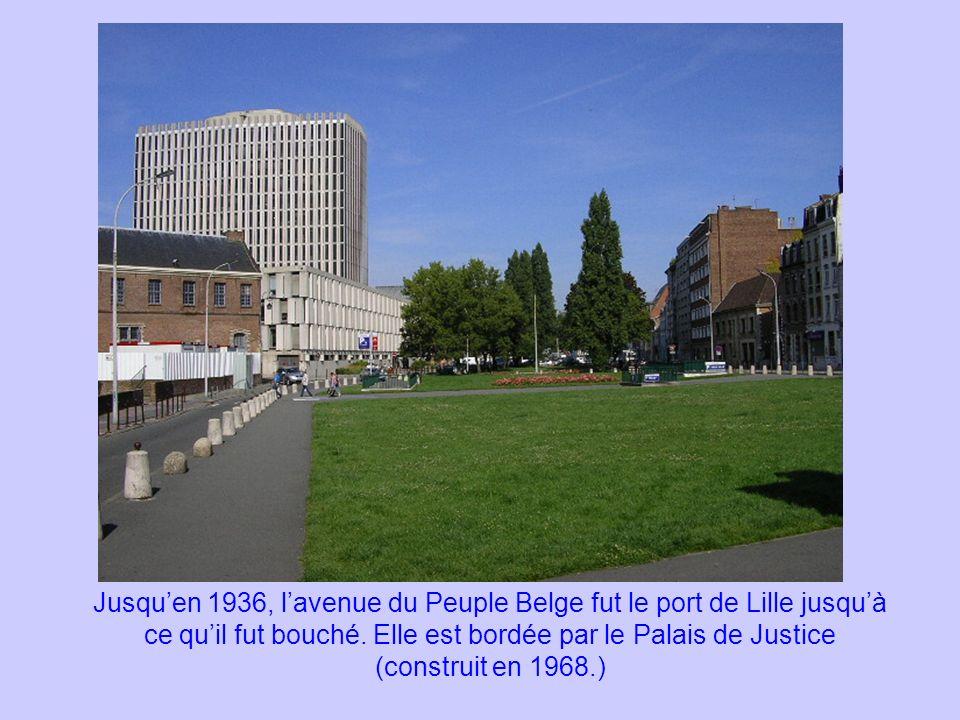 Jusquen 1936, lavenue du Peuple Belge fut le port de Lille jusquà ce quil fut bouché. Elle est bordée par le Palais de Justice (construit en 1968.)