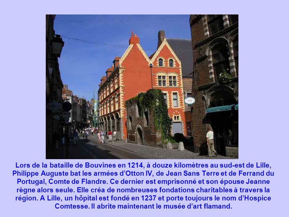 Lors de la bataille de Bouvines en 1214, à douze kilomètres au sud-est de Lille, Philippe Auguste bat les armées dOtton IV, de Jean Sans Terre et de F
