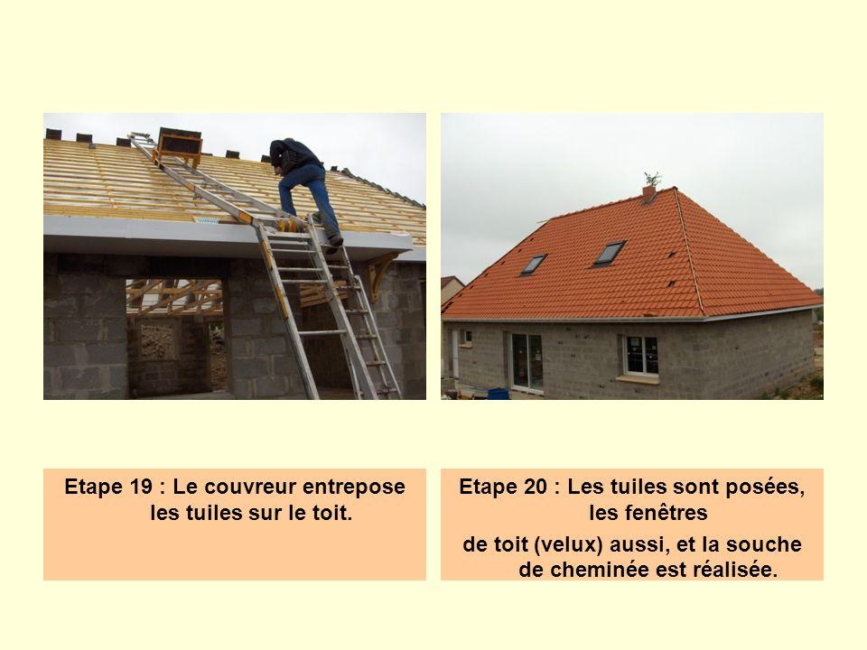 Etape 19 : Le couvreur entrepose les tuiles sur le toit. Etape 20 : Les tuiles sont posées, les fenêtres de toit (velux) aussi, et la souche de chemin