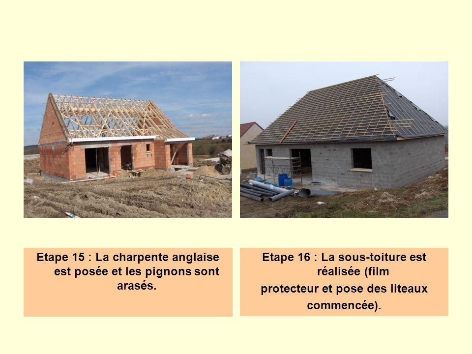 Etape 19 : Le couvreur entrepose les tuiles sur le toit.