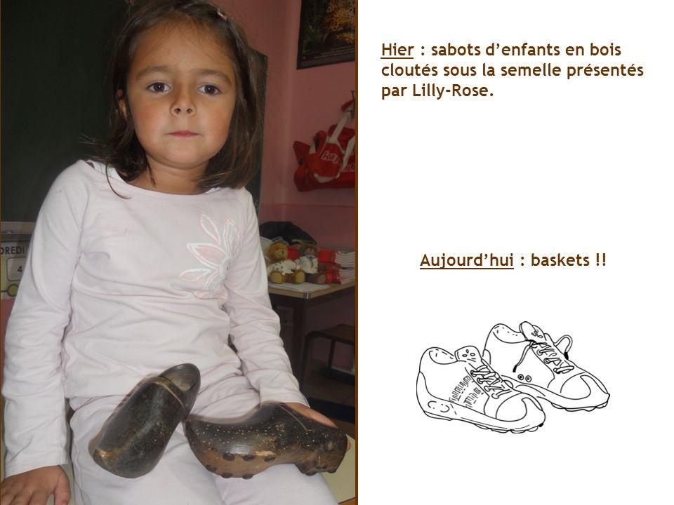 Hier : sabots denfants en bois cloutés sous la semelle présentés par Lilly-Rose.