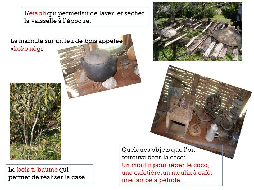 Quelques objets que lon retrouve dans la case: Un moulin pour râper le coco, une cafetière, un moulin à café, une lampe à pétrole... La marmite sur un