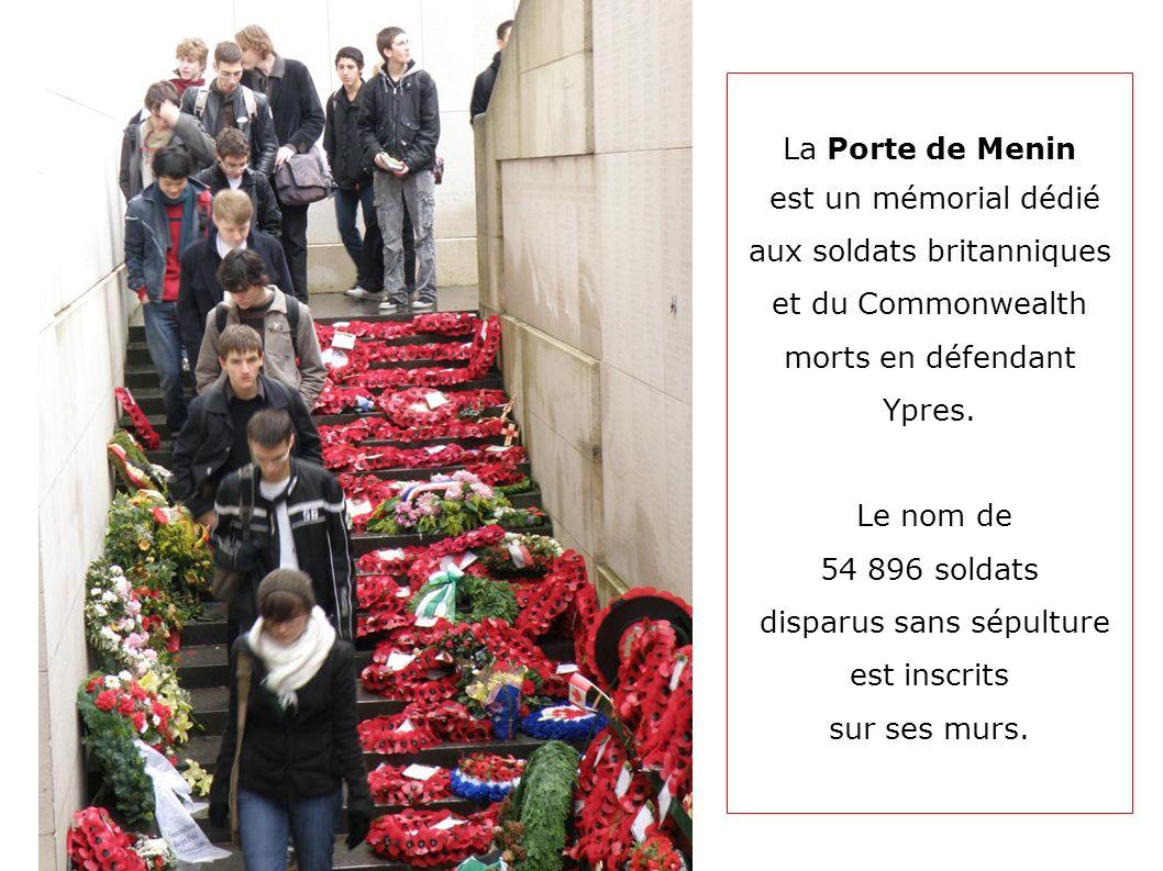 La Porte de Menin est un mémorial dédié aux soldats britanniques et du Commonwealth morts en défendant Ypres. Le nom de 54 896 soldats disparus sans s