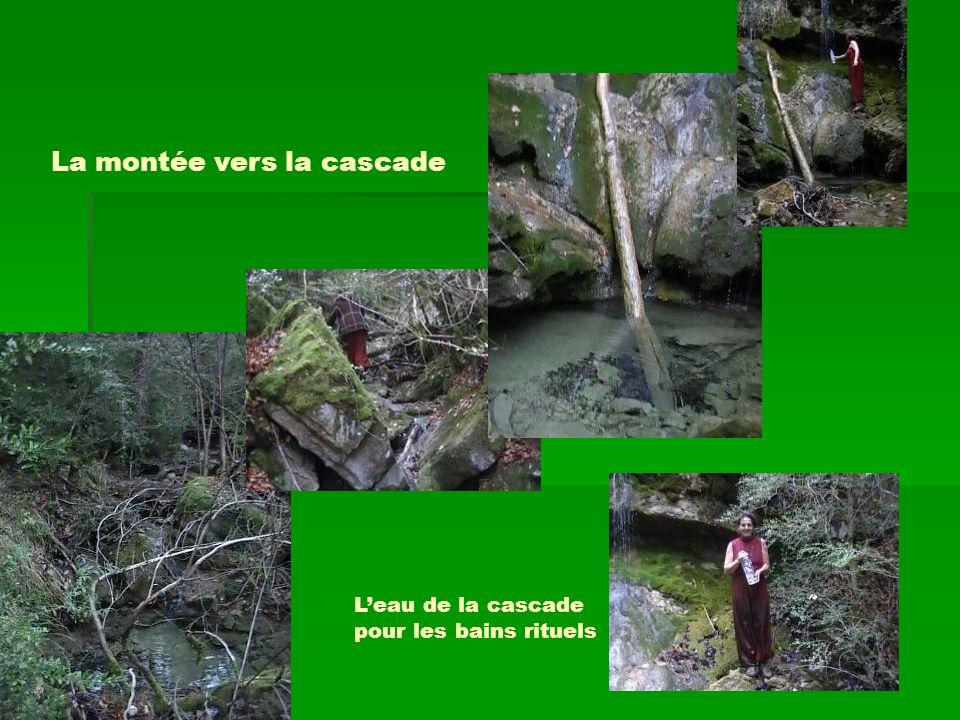 La montée vers la cascade Leau de la cascade pour les bains rituels