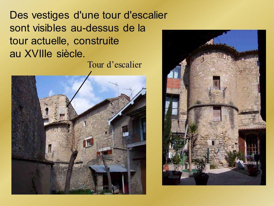 Des vestiges d'une tour d'escalier sont visibles au-dessus de la tour actuelle, construite au XVIIIe siècle. Tour descalier