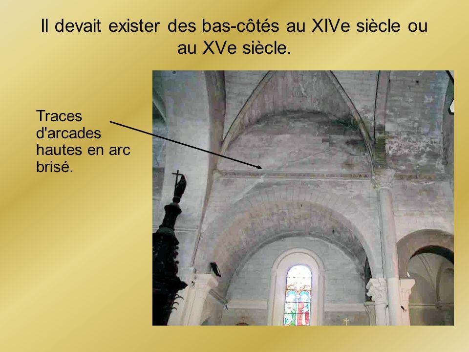 Il devait exister des bas-côtés au XIVe siècle ou au XVe siècle. Traces d'arcades hautes en arc brisé.