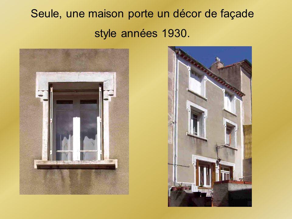 Seule, une maison porte un décor de façade style années 1930.