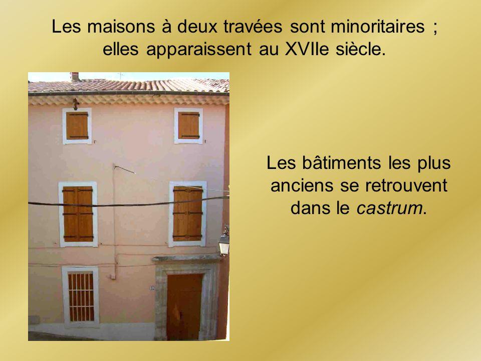 Les maisons à deux travées sont minoritaires ; elles apparaissent au XVIIe siècle. Les bâtiments les plus anciens se retrouvent dans le castrum.