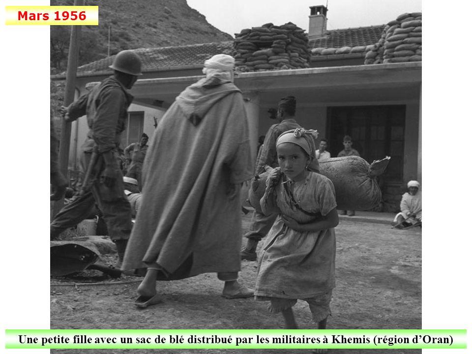 Mars 1956 Une petite fille avec un sac de blé distribué par les militaires à Khemis (région dOran)