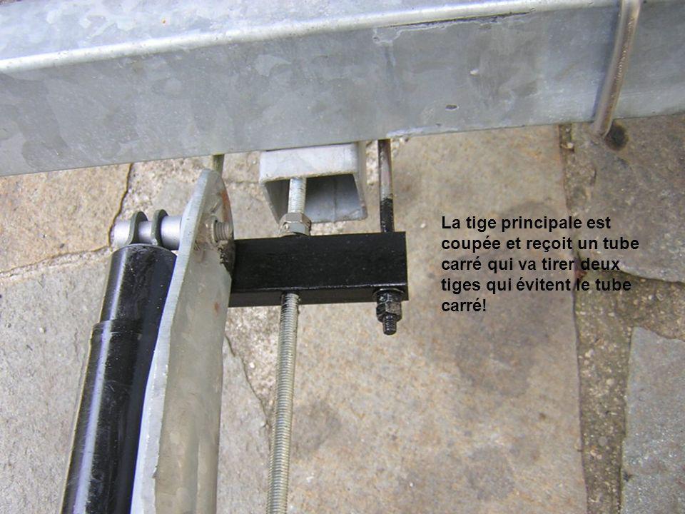 La tige principale est coupée et reçoit un tube carré qui va tirer deux tiges qui évitent le tube carré!