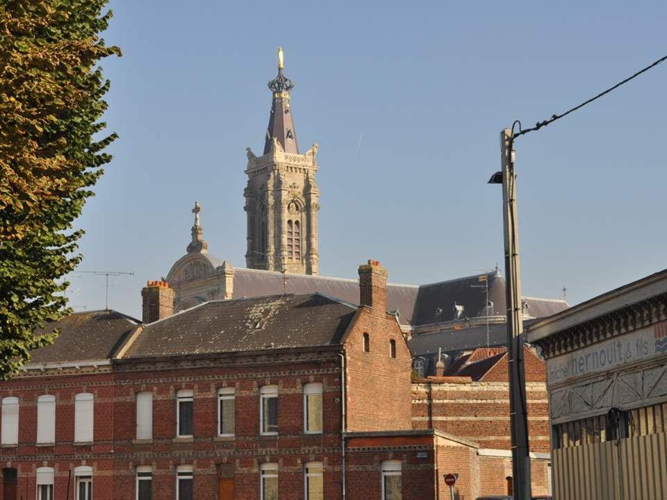 Voici les renseignements donnés par deux panneaux sur lévolution de la ville : Evêché dès le VIème siècle, Cambrai connaît au Moyen Âge un pro- digieu