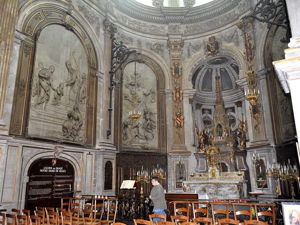 La cathédrale Notre-Dame de Grâce de Cambrai est à la fois basilique et ancienne église métropolitaine (ancien siège de l'archevêché de Cambrai regrou