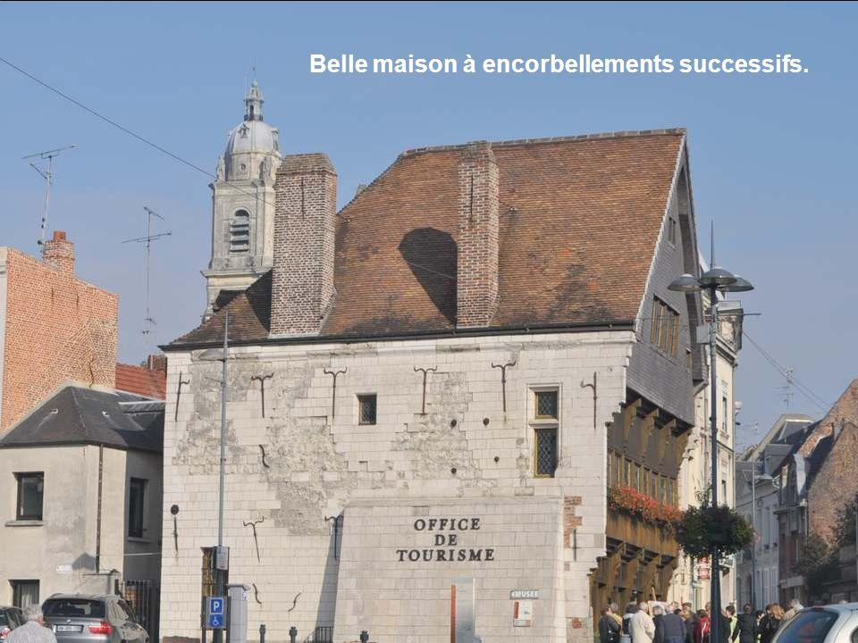 Fénelon en 1715 fut inhumé dans sa cathédrale. Pendant la période révolutionnaire son cercueil fut brisé. Napoléon Ier ordonna de rechercher ses reste