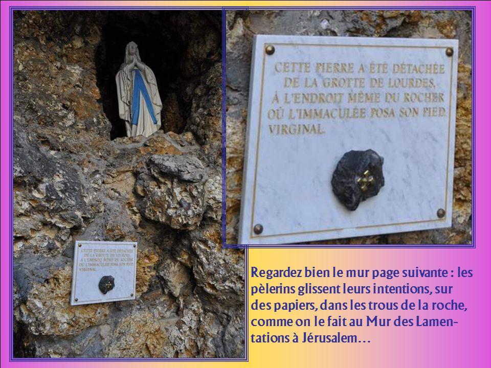 Sur lesplanade, ce rappel de la Grotte de Lourdes où se déroulaient les apparitions.