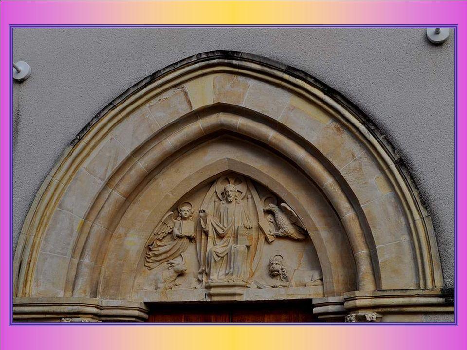 Au-dessus du portail est sculpté le Christ en gloire dans une mandorle. Il est entouré des quatre évangélistes, représentés par leur symbole : - Matth