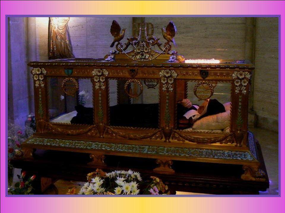 La petite chapelle est toute simple. Il y avait encore la crèche avec ces mêmes santons que Bernadette disposait chaque année avec soin et avec amour…