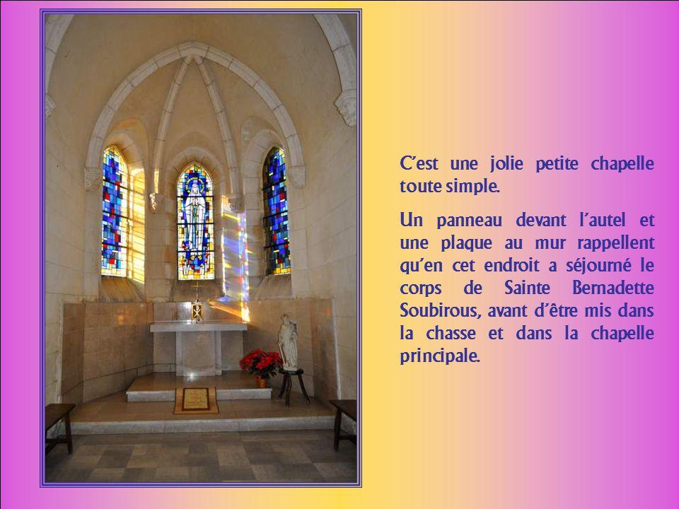 La même chapelle, vue sous un autre angle, au bout de cette magnifique allée. On imagine Bernadette trottinant à pas me- nus sous ces ombrages… A pas