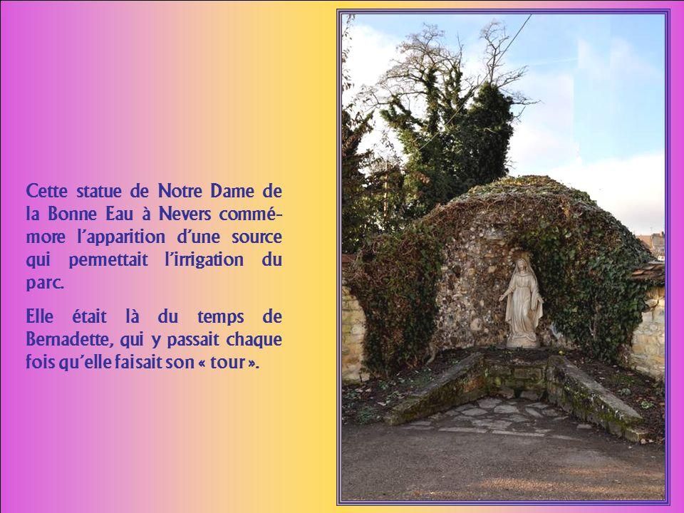 Cest une jolie petite chapelle toute simple. Un panneau devant lautel et une plaque au mur rappellent quen cet endroit a séjourné le corps de Sainte B