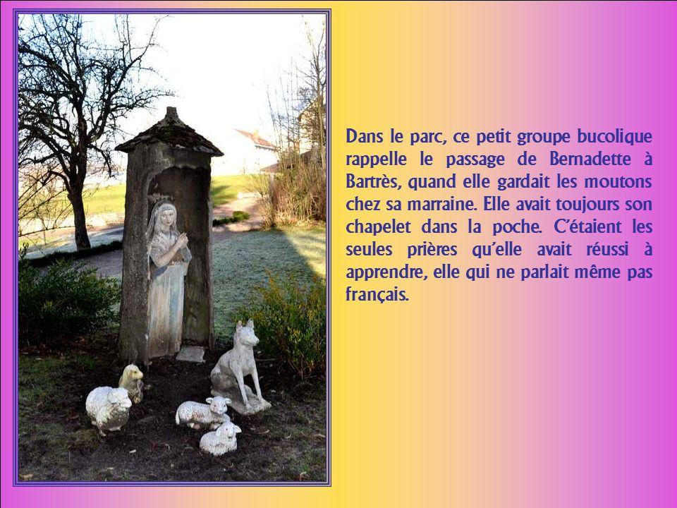 Cette statue de Notre Dame de la Bonne Eau à Nevers commé- more lapparition dune source qui permettait lirrigation du parc. Elle était là du temps de