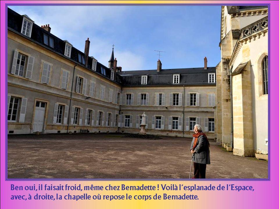 Les chroniqueurs nous racontent que, lorsque Bernadette arriva devant limposant cenvent DSazint Gildas, à Nevers, et vit sur le fronton la devise qui