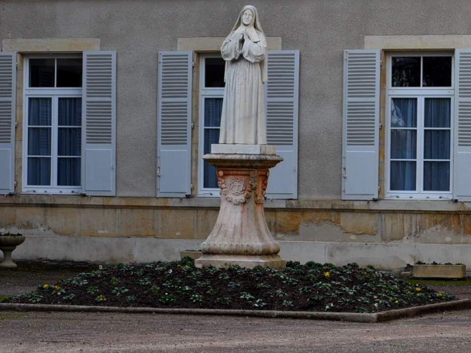 Bernadette est née à Lourdes le 7 janvier 1844; Fillette souffreteuse, elle manquait souvent lécole et le catéchisme. Elle fut envoyée par ses parents