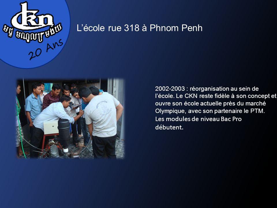 Lécole rue 318 à Phnom Penh 2002-2003 : réorganisation au sein de lécole. Le CKN reste fidèle à son concept et ouvre son école actuelle près du marché