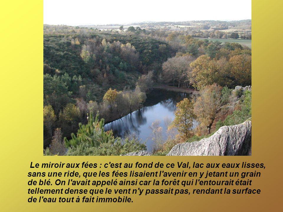 Le miroir aux fées : c'est au fond de ce Val, lac aux eaux lisses, sans une ride, que les fées lisaient l'avenir en y jetant un grain de blé. On l'ava