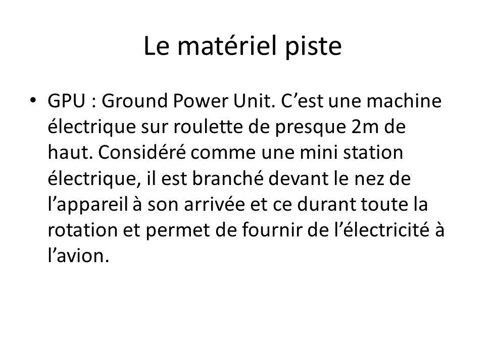 Le matériel piste GPU : Ground Power Unit. Cest une machine électrique sur roulette de presque 2m de haut. Considéré comme une mini station électrique