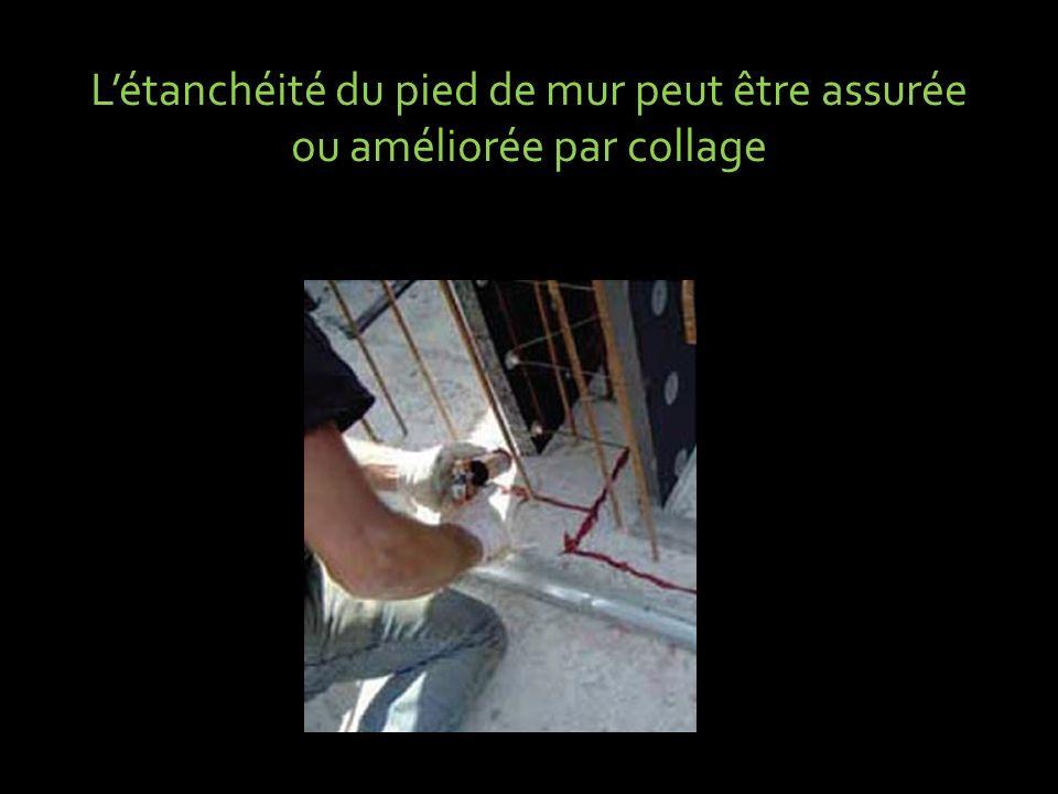 Létanchéité du pied de mur peut être assurée ou améliorée par collage