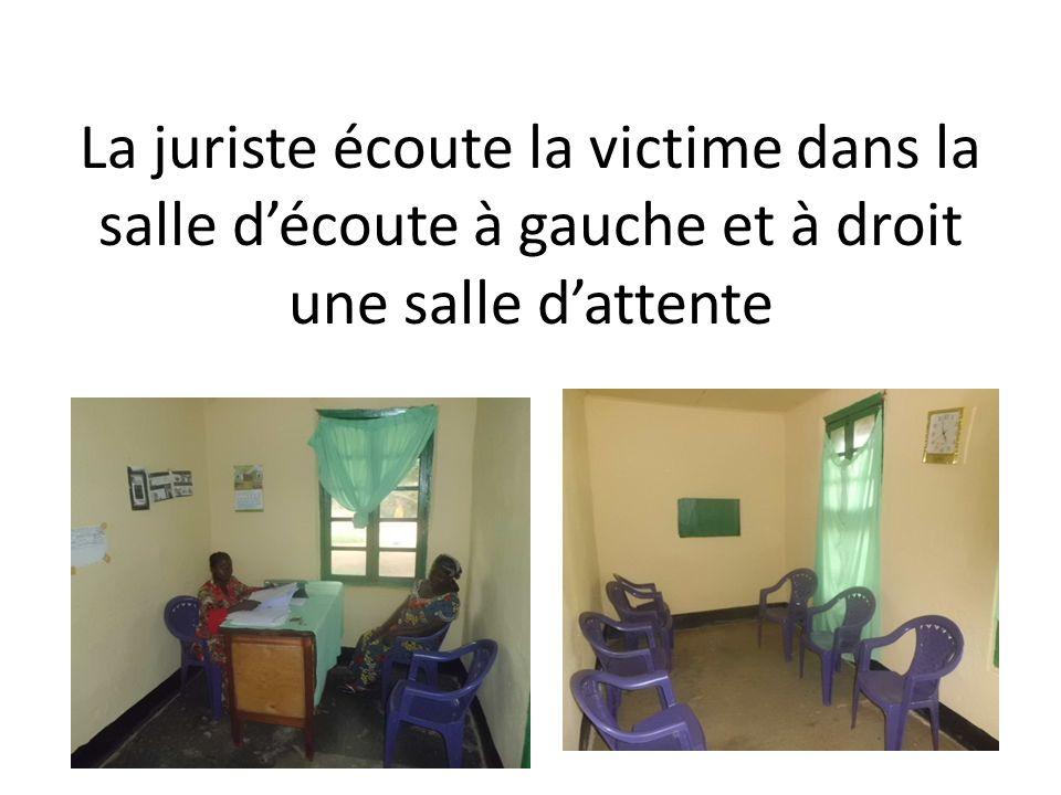 La juriste écoute la victime dans la salle découte à gauche et à droit une salle dattente