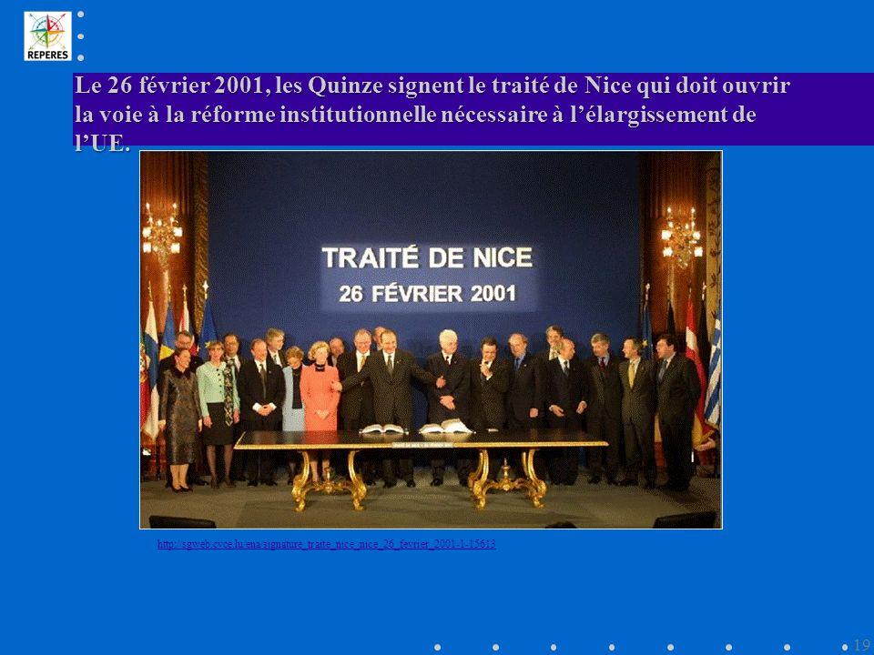 Le 26 février 2001, les Quinze signent le traité de Nice qui doit ouvrir la voie à la réforme institutionnelle nécessaire à lélargissement de lUE.