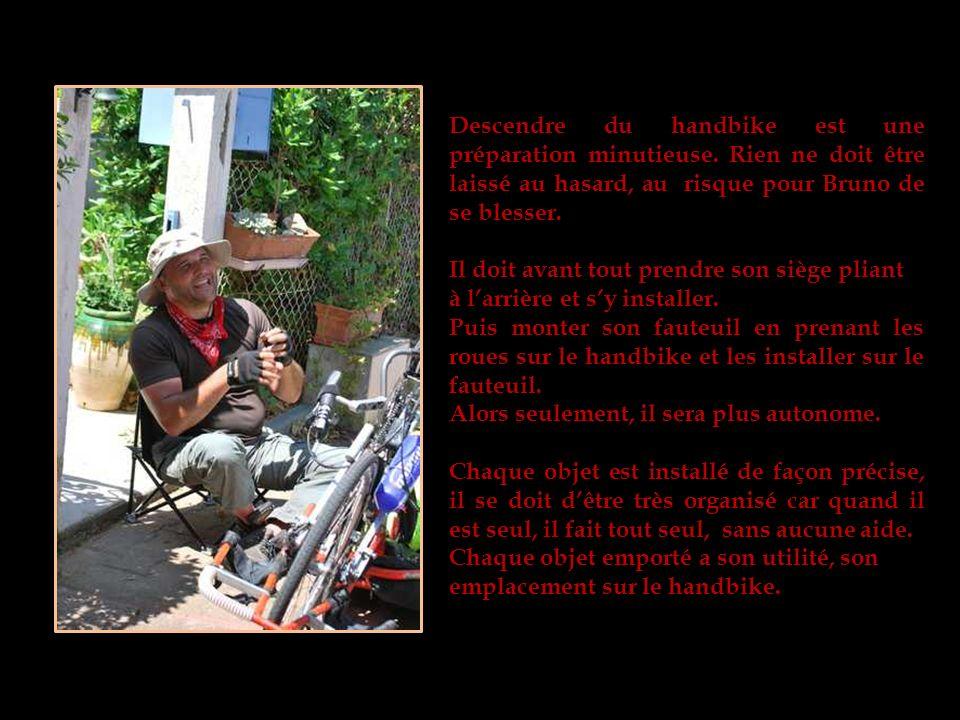 Le handbike avec tout léquipement dont Bruno a besoin pour son voyage.
