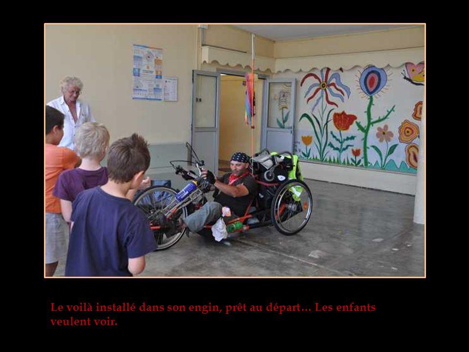 Bruno, devant les enfants quitte son fauteuil et sinstalle dans le handbike.