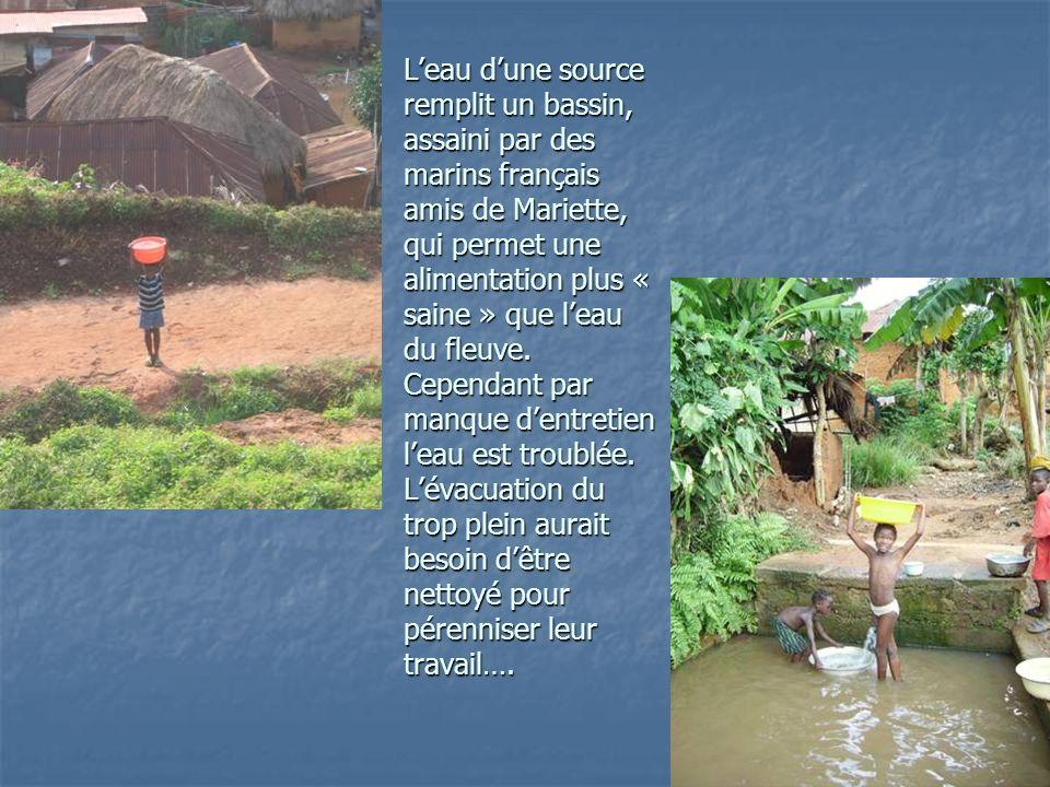 Leau dune source remplit un bassin, assaini par des marins français amis de Mariette, qui permet une alimentation plus « saine » que leau du fleuve.