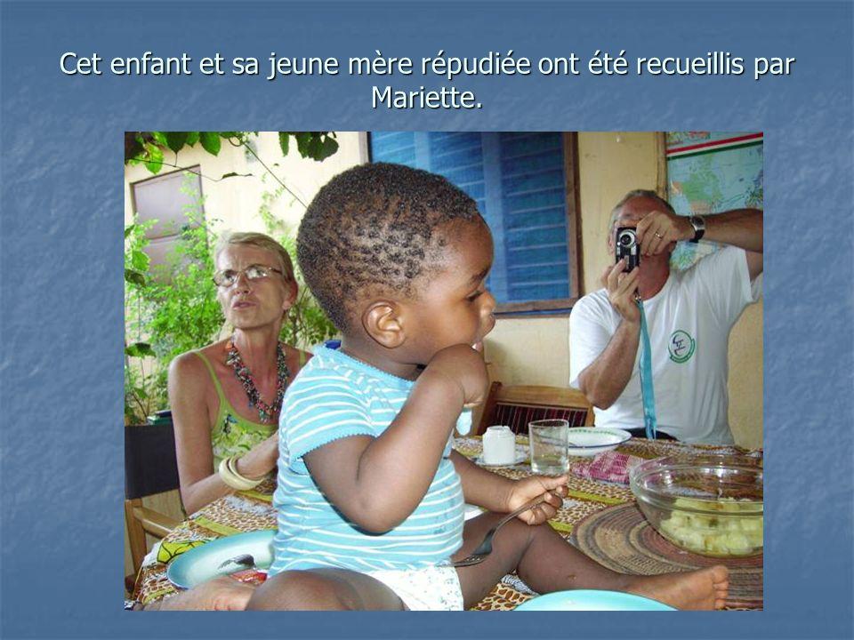 Cet enfant et sa jeune mère répudiée ont été recueillis par Mariette.