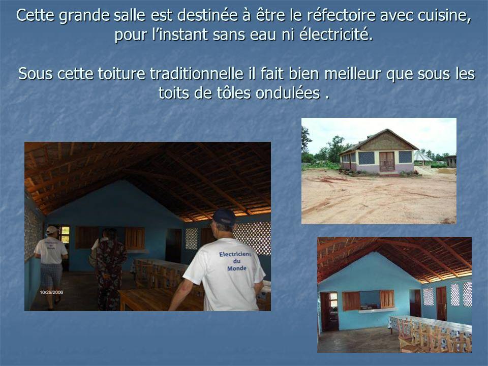 Cette grande salle est destinée à être le réfectoire avec cuisine, pour linstant sans eau ni électricité.