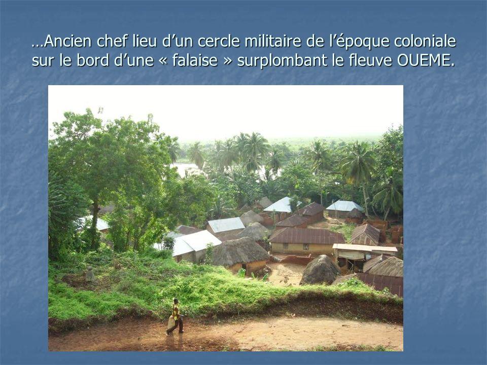 …Ancien chef lieu dun cercle militaire de lépoque coloniale sur le bord dune « falaise » surplombant le fleuve OUEME.