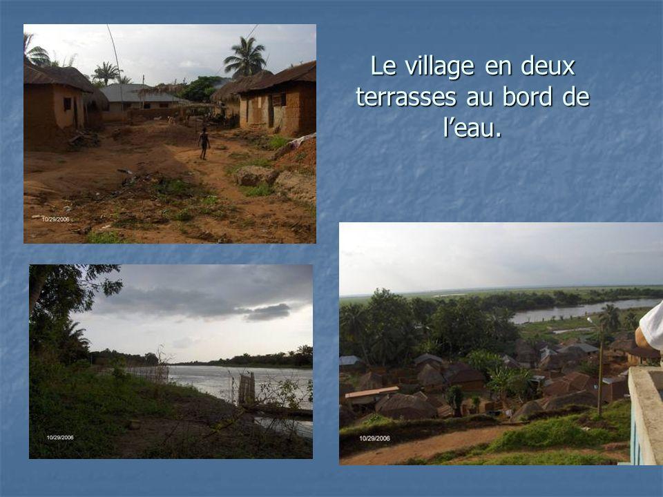 Le village en deux terrasses au bord de leau.