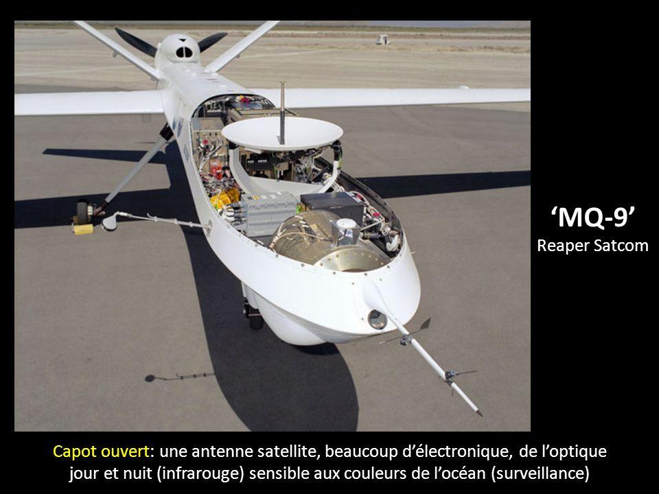 MQ-9 Reaper Satcom Capot ouvert: une antenne satellite, beaucoup délectronique, de loptique jour et nuit (infrarouge) sensible aux couleurs de locéan (surveillance)