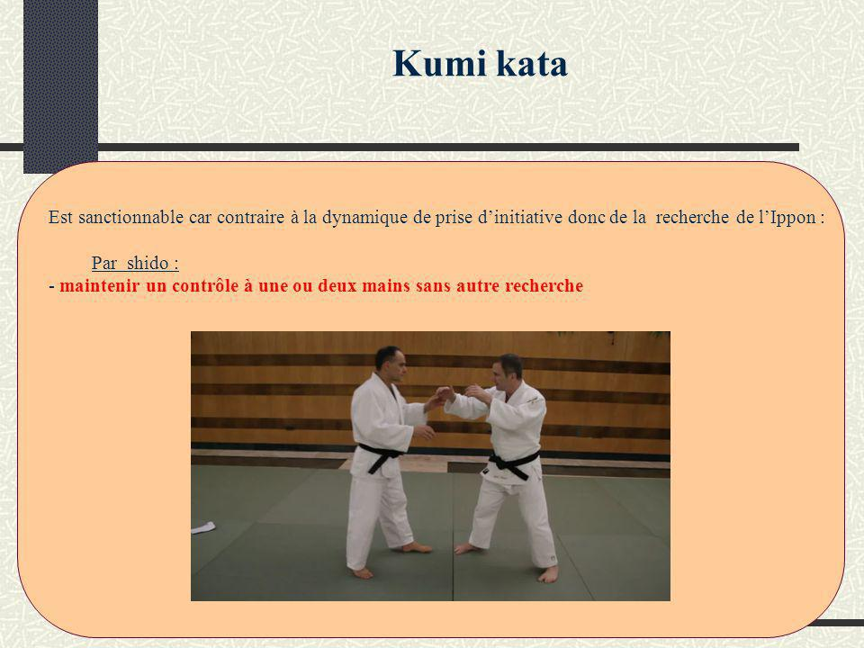 « Toute action visant à empêcher la dynamique de recherche de lIppon de ladversaire par un travail et/ou une posture dans lesquels le combattant ne cherche pas lui-même à construire » Judo Négatif -sur lobservation de Tori : (une notion de durée doit être prise en compte) - imposer un kumi kata haut en traction continue en bloquant la manche du partenaire temps court pour pénaliser judo négatif Sur lattitude : - toute action rentrant dans la défense exagérée - sortie de tapis (obs : recul continu et parfois simulie dattaque) - lenteur excessive à revenir à sa place (prévenir puis sanctionner si récidive) - action de se dévêtir (prévenir puis sanctionner si récidive) - répétition dattaque du pied sur le tibia sans recherche de construction derrière - tout kumi kata non fondamental nentrainant pas dattaque directe à la saisie, en faisant attention toutefois de laisser un temps sur le travail à un bras.